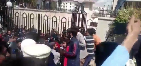 Pakistan: Cameraperson attacked by political party members